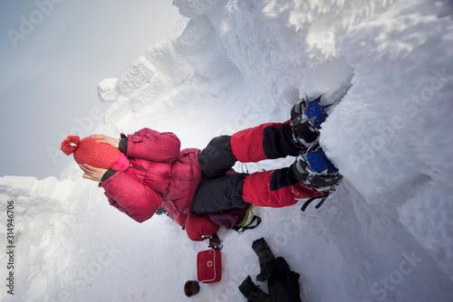 Fényképezés tourist froze her legs and face on Hoverla.