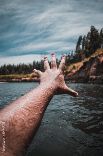 mano apuntando a paisaje de río y bosque Canvas Print