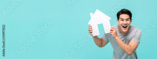 Photo Happy young handsome Asian man holding paper home