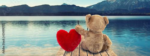 Cuadros en Lienzo Valentinsgeschenk - Teddy mit Herz am Steg