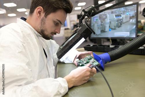Apprentice working in microelectronics lab Fototapet