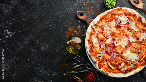 Photo Homemade pizza on a black stone background