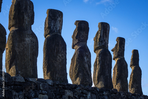 Photo Moais statues, ahu Tongariki, easter island