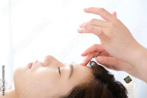 Carta da parati 鍼灸院で眉間の指圧を受ける女性