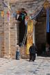 Vorbereitung eines religiösen Festes vor der Kirche Panagia Ekatontapyliani, Insel Paros, Griechenland