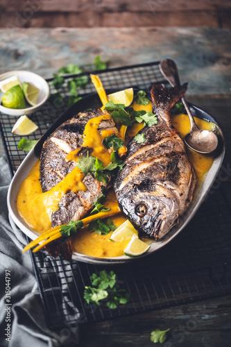 Obraz na plátně Dorades Grillées et Sauce de Curry Jaune Thaï