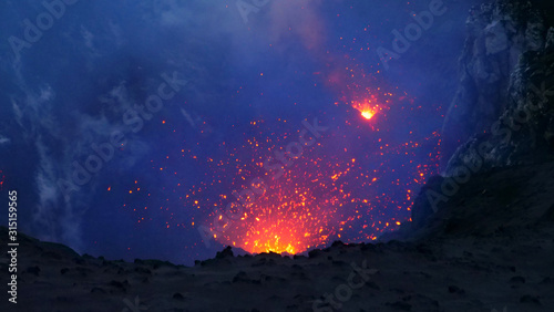 Obraz na plátně CLOSE UP: Active volcano in the Pacific spewing out the glowing orange lava