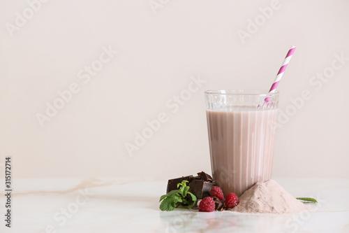 Carta da parati Glass of protein shake on light table