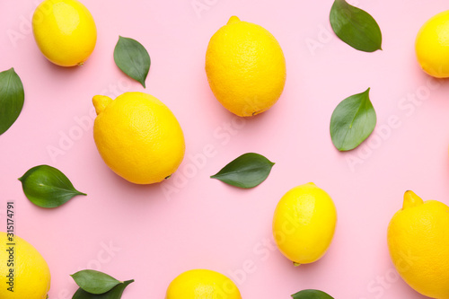 Fototapeta Ripe lemons on color background obraz