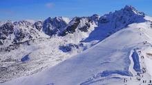 Panorama Ze Szczytu Górskiego Na Zaśnieżone Górskie Szczyty