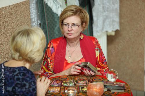 Naklejka premium Kobieta wróży z kart Tarota