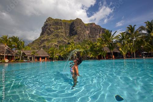 Photo Woman in the swimming pool of Dinarobin Beachcomber at Le Morne Brabant, Mauriti