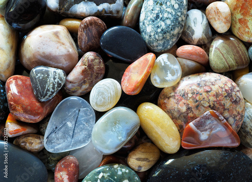 Foto Closeup Focus Stacked Image of Tumbled Rocks to Include Agates and Petrified Woo