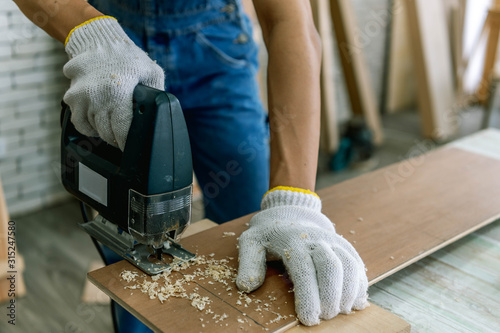 Photo Carpenter doing his job in carpentry workshop
