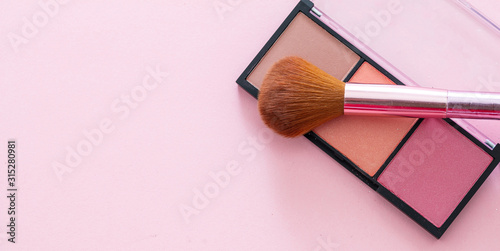 Fotografía Blush compact pallete kit against pink background, copy space