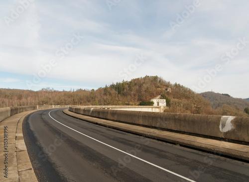 Photo Barrage de Bort-les-orgues. Route sur le barrage