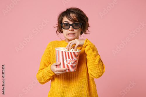 Платно Shocked young woman girl in 3d imax glasses posing isolated on pink background
