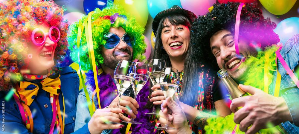 Fototapeta Glückliche Party Freunde feiern karneval und stoßen mit Sekt an.