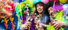 Glückliche Party Freunde Feie...