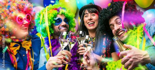 Obraz Glückliche Party Freunde feiern karneval und stoßen mit Sekt an. - fototapety do salonu