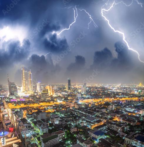 nocy-widok-z-lotu-ptaka-w-centrum-bangkok-podczas-burzy-tajlandia
