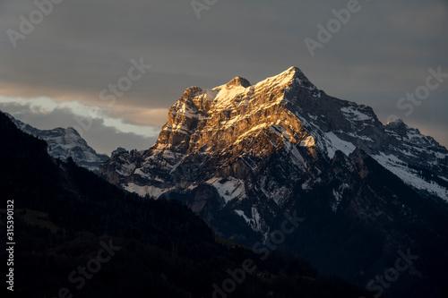 Photo  Alpenglühen - letzte Sonnenstrahlen am Tag bringen den Rautispitz zum glühen