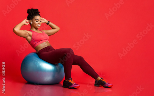Fotografia, Obraz Young sporty black girl working out with fitness ball