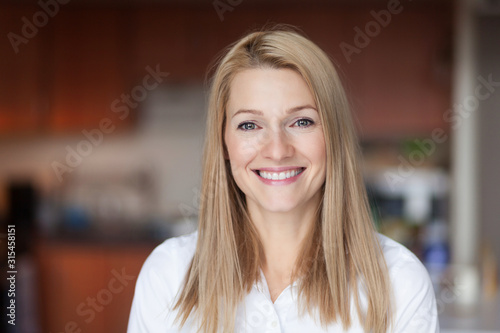 Photographie Close up Of A Smiling Caucasien blond woman in the kitchen at home