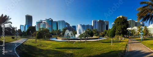 Photo Khalidiya park in Abu Dhabi with big fountain in the UAE capital city