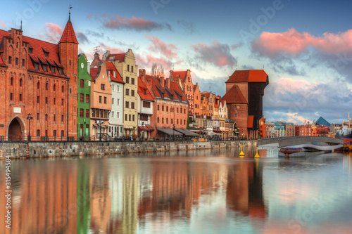 Piękna sceneria stary miasteczko w Gdańskim nad Motławą rzeką przy wschodem słońca, Polska.