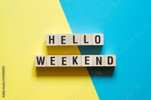 Fotografía Hello weekend word concept on cubes