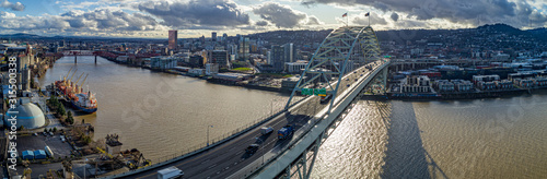 Fremont Bridge Crossing the Willamette River in Portland Oregon Fototapet