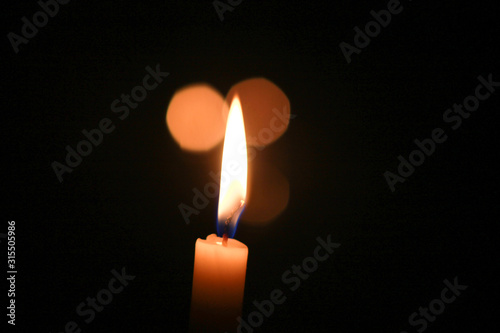 Photo Tres velas, solo una reconocible