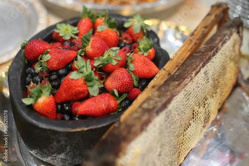 Tela frutas vermelhas morangos e mirtilos