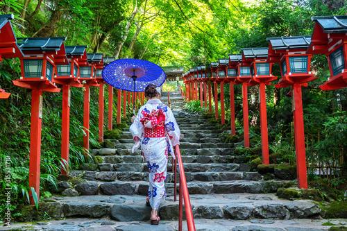 Cuadros en Lienzo Asian woman wearing japanese traditional kimono at  Kifune Shrine in Kyoto, Japan