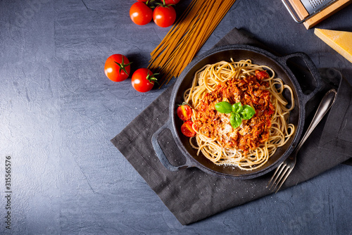 Fotografia wholegrain spaghetti with tomato sauce and minced meat