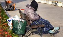 Mit Seinem Hab Und Gut Auf Einer Bank Sitzender Obdachloser