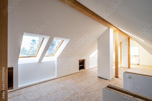 Fotografiet Ausbau eines Dachbodens zum großzügigen Wohnraum