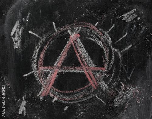 Photo Black chalkboard, blackboard with chalk anarchy symbol background and texture