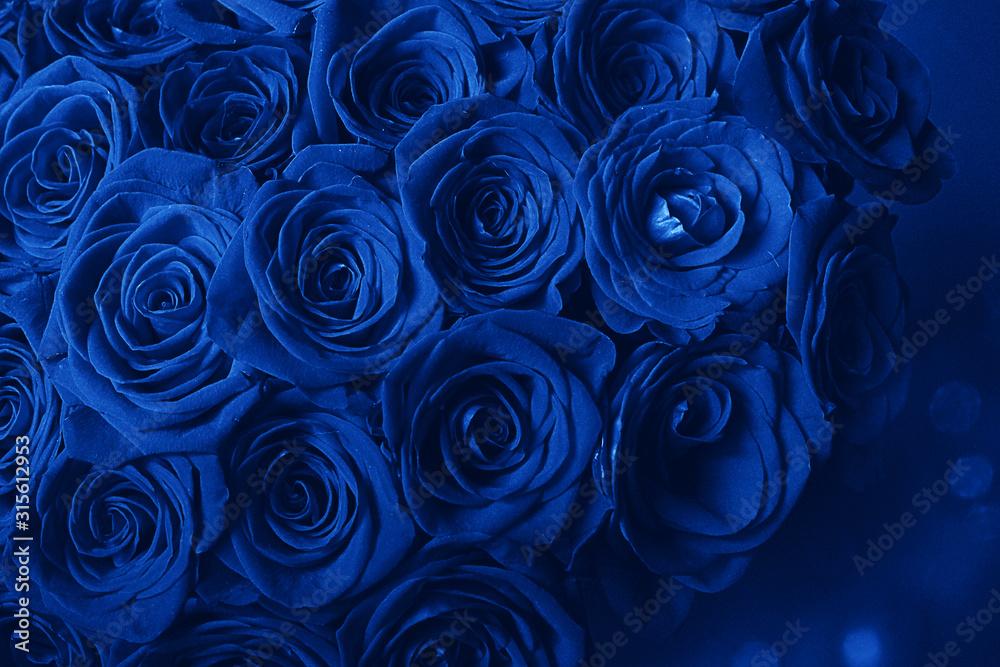 Bukiet Pięknych Niebieskich Róż. Trend kolor klasyczny niebieski. Kolor 2020. Główny trend roku. Walentynki. Selektywne ustawianie ostrości, niebieskie kreatywne zabarwienie