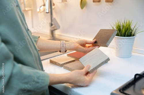 kitchen interior design - woman selecting furniture material texture Fototapet