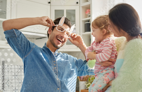 Photo Playful family with baby spending time together