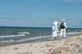 Fototapeta Fototapety z morzem do Twojej sypialni - Para spacer morze lato