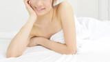 ベッドで横になる若い女性