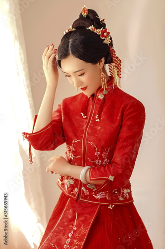 Asian girl in red chinese traditional costume Fototapete