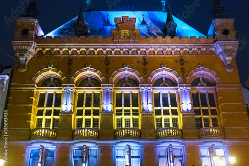 Obraz Night winter view of the Artus Court in Torun, Poland. The building was designed by Rudolph Schmidt in neo-renaissance and historicism styles and built between 1889 and 1891. - fototapety do salonu