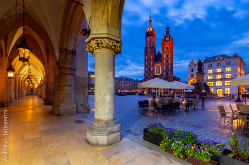 Fototapeta Krakow. St. Mary's Church and market square at dawn. obraz