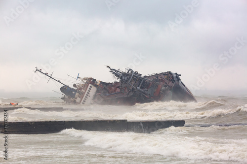 Foto  Dramatic view of tanker shipwreck on the beach