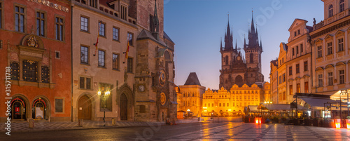 Obraz PRAGUE, CZECH REPUBLIC - OCTOBER 16, 2018: The Orloj on the Old Town hall, Staromestske square and Our Lady before Týn church at dusk. - fototapety do salonu