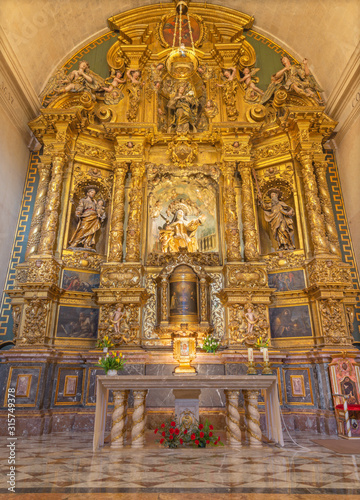 Foto  PALMA DE MALLORCA, SPAIN - JANUARY 29, 2019: The baroque main altar with the statue of St